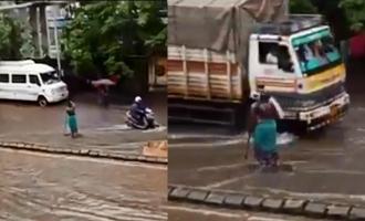 மும்பை வெள்ளம்: 5 மணி நேரம் தண்ணீரில் நின்று பொதுமக்களை காப்பாற்றிய பெண் துப்புரவு பணியாளர்